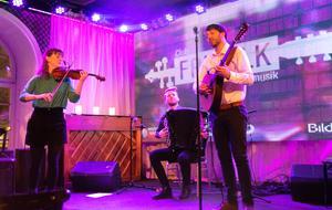Trio Wolski - en ung, Malmöbaserad grupp som fångar upp tongångar från alla världens hörn i sinr folkmusik. Hanna Blomberg, fiol, Petter Ferneman, dragspel och Kristian Wolski, cittern.