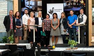Åke Johansson (V), Else Ammor (SP), Hans Forsberg (C), Liza-Marie Norlin (KD), Alicja Kapica (M), Malin Larsson (S), Fáten Nilsson (L), Maria Algotsson (MP), Martin Klausen (SD) och moderatorn Johan Larsson, Drakstadens omsorg.