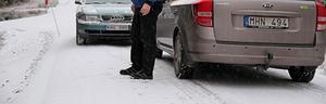 Bilar har svårt att mötas på den smala vägen. När det är halt kanar många bilister av vägen ner i diket.