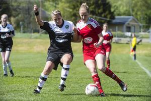 Elin Åsenlund var bäst i Valbo. Här är hon i kamp med hemmalagets Sanna Lööw Ohlson. Valbo hade 0–0 i paus med föll till slut med 4–0.