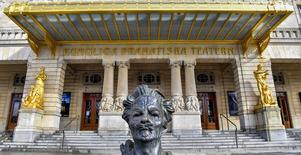 August Strindbergs byst framför Dramaten i Stockholm. Men Stri dberg hade kanske inte varit den gigant han är i dag om inte Ludvig Josephson hjälpt honom i portgången med att ge urpremiärer på ett par av hans pjäser. Bild: Jonas Ekströmer/TT