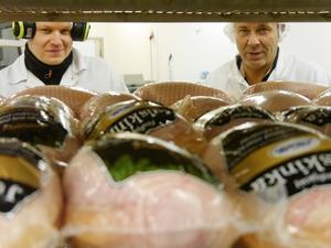 För Rikard Engström Lydig, produktionschef på Moab och Michael Oldin, vd på Moab är julskinksäsongen nu över.  Bortåt 25 000 skinkor har Moab sålt i år.
