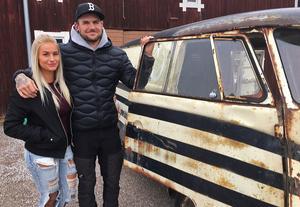 I våras flyttade Linn Ark från Värmland upp till Emil i Born  - och stormtrivs. Hon är, som Emil, motorintresserad och har även hon blivit fångad av de randiga bussarnas historia.