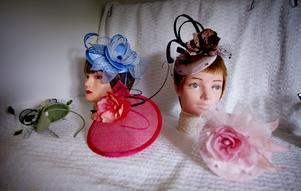 """Ett alternativ till hatt är en coiffe (uttalas """"koaff""""). Den fästs med en isydd kam och hårnålar, alternativt sitter monterad på diadem."""
