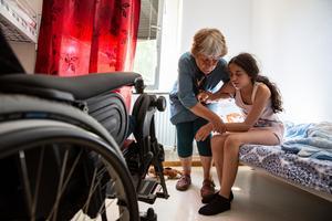 Läkaren Elisabeth Hultcrantz, som engagerat sig i familjen efter att den Leyla blev apatisk, försöker få storasyster Dilan på benen.