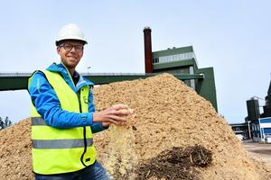 Genom att blanda koldioxid från värmeverkets skorsten med vätgas ska flytande flygbränsle framställas.  Pannorna i Lugnvik eldas  delvis med spån som Jonas Vestun, bränslechef på Jämtkraft, tar ett grepp om.