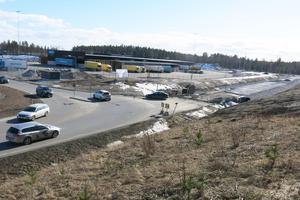 I dag slutar Västerleden vid korsningen med Traversgatan. Ytterligare en bit av leden har börjat byggas för att kopplas ihop med den nya Kofotsgatan som ska gå till Ikeaområdet. I bakgrunden syns Postnords terminal.