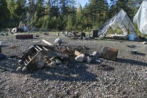 Uppeldade bilstolar var bara några av resterna som fanns kvar i eldstaden på lägerplatsen.