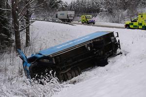 Chauffören i den ena lastbilen fick föras till sjukhus efter att två lastbilar krockat på väg 331 i Stavreviken.