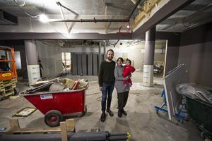 Mitt i renoveringen, snart så kan Johan Backéus och Birgit Malmcrona, med dottern Saga, öppna sin restaurang Naturaj i In-gallerian.