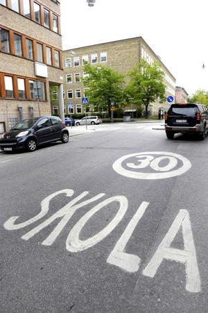 Bildtext 3-4: Kör du mer än 20 kilometer för fort på 30-väg är risken stor att körkortet dras in.Foto: Janerik Henriksson/Scanpix