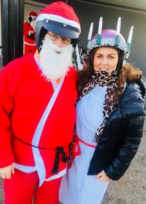 Pekka Larsson och Helen Kleveland kör moppe till förmån för Musikhjälpen.