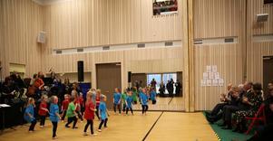 Unga elever som visade sina danstalanger.