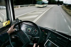 Många chaufförer sitter ofta med sina headset i livliga diskussioner och glömmer bort att det är någon som tryckt på knappen och vill av. Resultatet blir att de står på bromsen så folk som står flyger åt alla håll, skriver insändaren.