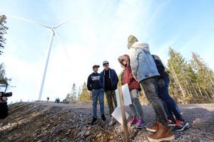 Klass 5 från Mullhyttans skola var först på plats och fick lära sig mer om hur man bygger en vindkraftspark. I bakgrunden syns vindkraftverket som de sedan fick gå in i.