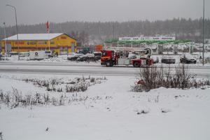En traktor har kört längs skogsvägens utfart på riksväg 84 vid Medskog, men timmerbilarna kan inte använda skogsvägen.