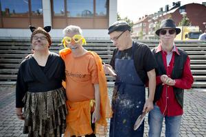Peter Karlsson är leopardmus, Micke Dahl kommer som pippifågel, Christer Jönsson ÄR Picasso och Anders Zackrosson är en cool bluesgrabb.