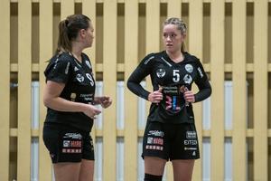 Julia Hansson tillsammans med Maja Lindgren, en av spelarna som tagit klivet upp till A-laget inför den här säsongen.