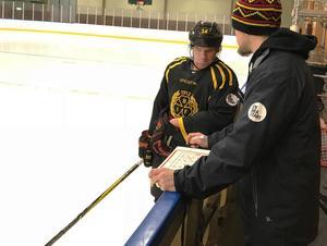 Daniel Paille byter några ord med fystränaren Magnus Ågren, som varit med från början och jobbat med kanadensarens försök till långsam rehabilitering.