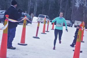 Frida Nilsson för IF Start sprang på 44.09 och hejades på av barnen Alvin och Wilme.