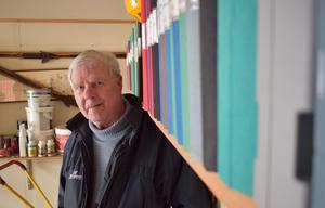 Efter omkring 50 böcker och skrifter väljer nu Göran Rogström att avsluta sitt skrivande. Istället väntar helt andra intressen. I garaget förvarar han allt material han fått till sina böcker. Närmare 100 pärmar har det blivit genom åren.