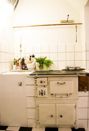 Den stadiga emaljspisen får stå kvar i familjens kök. Den fungerar perfekt och är bra att ha vid till exempel strömavbrott.