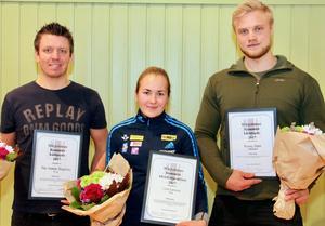 Pär-Anton Ångman, Linn Larsson och Ronny Dahl tog emot priser och stipendier under kommunfullmäktiges möte under måndagen. Foto: Hempa.