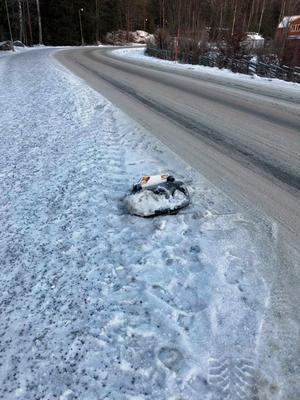 Foto: Privat   Skylten i Segersäng skulle uppmärksamma trafikanter på att det finns barn i området. Skylten överlevde en vecka. Den står på en trottoar där man ser tydliga hjulspår från större fordon.