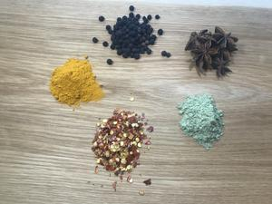 Gurkmeja, svartpeppar, stjärnanis, vetegräs och chiliflingor.