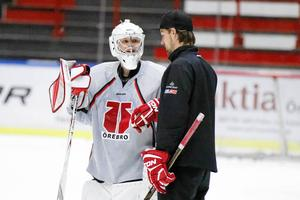 """Kristofer """"Hästen"""" Ericson, här tillsammans med Eero Kilpeläinen, har varit målvaktstränare i alla Örebro Hockeys lag de senaste fyra åren. Arkivfoto"""