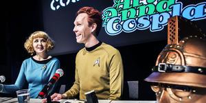 Västeråsarna Anna Vikmanis och Henrik Pilerud pratar cosplay. De är båda klädda i StarTrek-plagg sydda efter originalmönster.