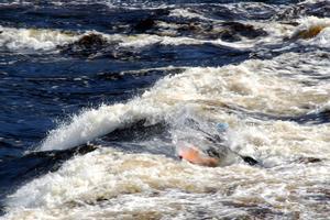 Vatten från alla håll – Elias Högberg surfar på forsen.