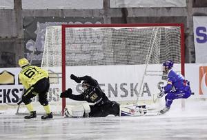 Vetlandas Emil Fedorov sätter 4–1 borta mot Motala i december. I åttondelsfinalerna förra veckan fick Jussi Aaltonen och Motala revansch. Bild: Jeppe Gustafsson / TT