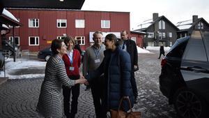 Ylva Thörn tar emot kronprinsessan Victoria till Folk och Försvar i Sälen.