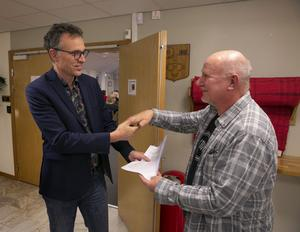 Innan mötet fick kommunfullmäktiges ordförande Per-Erik Ingels fick ta emot 278 namnunderskrifter av Gustaf Berglund som krävde att kulturlslakten skulle stoppas.