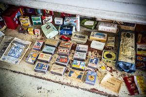 I en låda hittades massor av gamla askar.