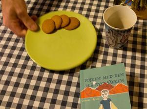I köket intill pågår förberedelserna för julbordet på Revsundslogen.