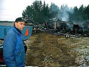 Lars Wetter och hans bror Sven var i Sandviken när de fick beskedet att deras ladugård i Nordanåker stod i lågor. Stora värden gick upp i rök i måndags. - Det är hemskt när det blir så här, säger han. Foto: JOHAN PIHLBLAD