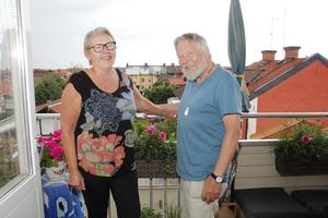 1988 lämnade Ing-Marie och Bosse Kärvinge Östervåla och bosatte sig i Sala. Nu bor de i centrum med mäktig utsikt över takåsarna.