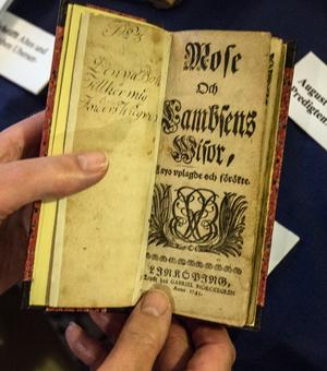 """På svenska, men svårläst ändå. """"Mose och Lambsens Wisor a nyo uplagde och förökte"""". Första upplagan från 1717."""