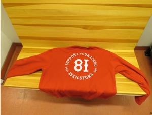 Under kvällen ska duon ha burit supporterkläder för mc-gänget Hells Angels. Men den åtalade Bollnäsmannen nekar till kopplingar och menar att han endast lånat rena kläder av en vän. Bild: Polisens förundersökning