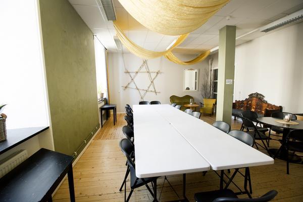 Nyfixat mötesrum med grönt på väggen.