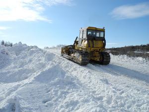 Snömassorna schaktas ut på toppen av snöberget i Falun.