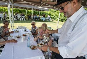Påtår serverades vid borden, till gästernas förtjusning.
