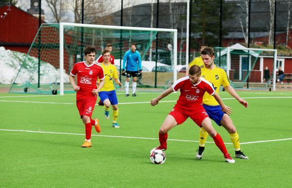 Lillhärdal var klart mer alerta i defensiven i matchen mot Stöde jämfört med premiären. Här sätter Linus Roos press på sin motståndare.