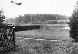 Brukskyrkogården i förgrunden med föregångaren på Lillön i bakgrunden.  År okänt. Bild: Lindesbergs kulturhistoriska arkiv