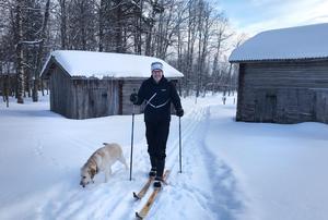 Börje Sander gör skidpår inför helgens vintercafé i Ljusbodarna. (Foto: Ingrid Lind)