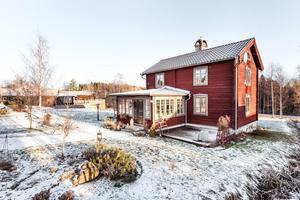 Timmerhus med ursprung från mitten av 1800-talet har varsamt moderniserats och en praktisk bostad för den lilla familjen. På tomten finns liten gäststuga, förråd, garage och utomhusspa. Foto: Kristofer Skog, husfoto.