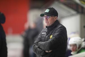 Hammarbys tränare Stefan Karlsson menar att han påtalade för fjärdedomaren att den utvisade VSK-spelaren kom in för tidigt direkt, men nonchalerades.