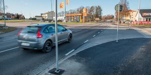 Bilar stannar mitt i korsningen när de får rött vid övergångsstället. Därför ska en stopplinje målas öster om korsningen. En stolpe utan skylt har redan kommit på plats (närmast i bild).